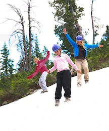 Alpengirls play in the snow summer camp